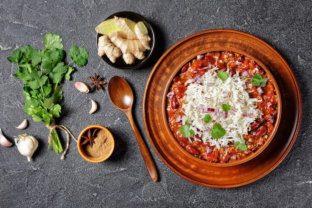 ラジマ小豆マサラ、小豆キドニーカレー、材料を入れたコンクリートのテーブルの上の粘土のボウルにご飯、上からの水平方向のビュー、フラットレイ