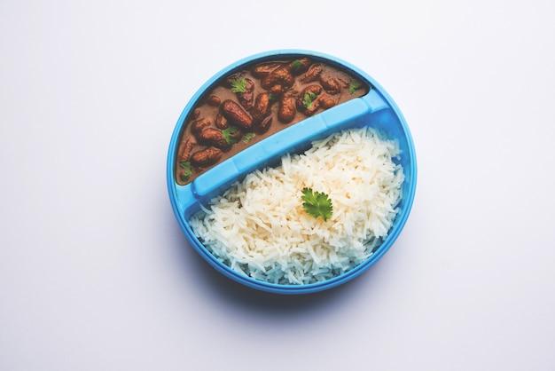 Рис раджма или разма чавал в тиффин или ланч-боксе, выборочный фокус