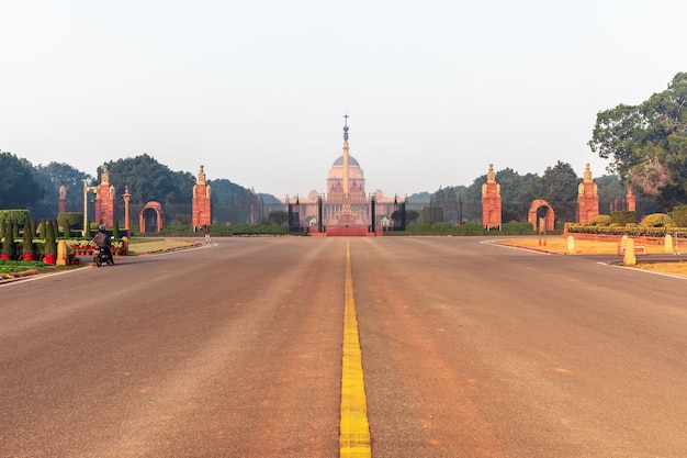 インド、ニューデリーのラジパス大通りとラッシュトラパティバワン。