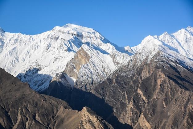 라카포시는 파키스탄의 카라코람 산맥에 있는 높고 아름다운 산입니다.