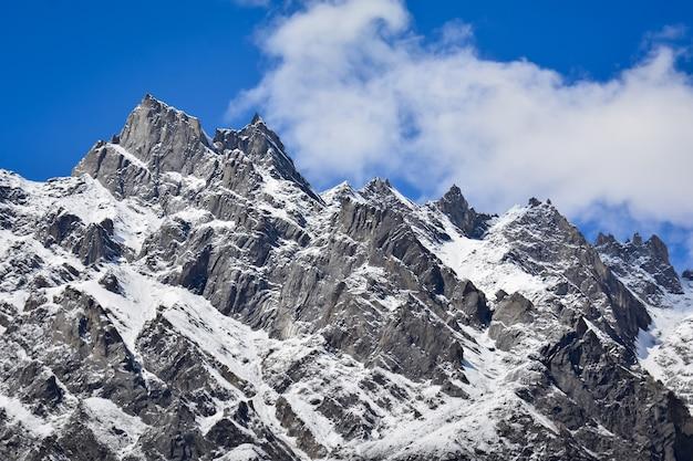 라카포시의 구불구불한 산등성이는 파키스탄의 카라코람 산맥에 있는 높고 아름다운 산입니다.