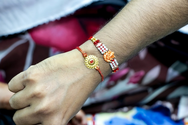 インドの祭り「ラクシャバンダン」中のラキ