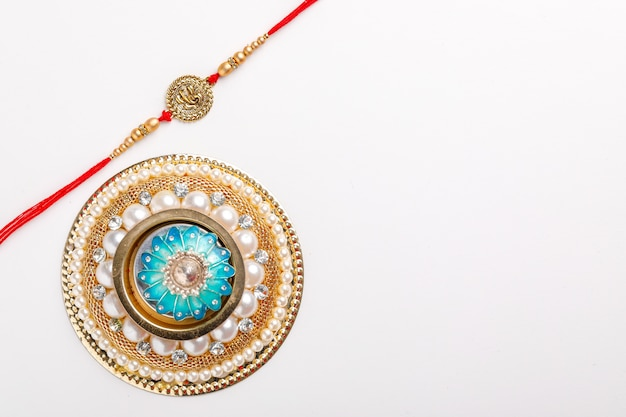 Индийский фестиваль raksha bandhan, красочный дизайнер rakhi или wrist band