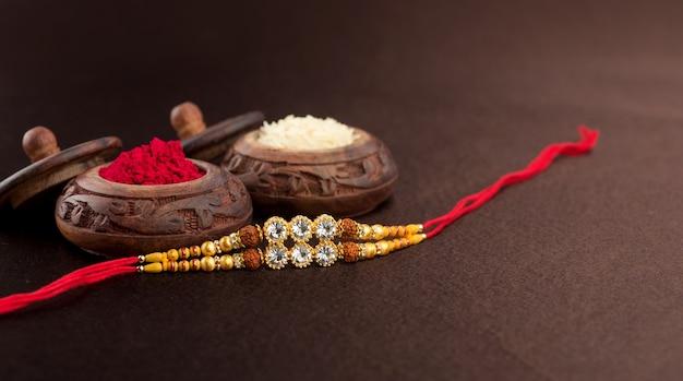 우아한 rakhi, 쌀 곡물 및 kumkum을 가진 raksha bandhan