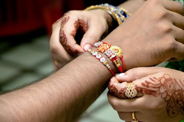 ラクシャバンダンは、兄弟姉妹の愛と関係を表すお祭りとしてインドで祝われました。姉はラキを兄への強い愛の象徴として結びつけます。