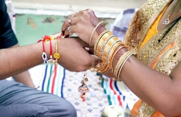Rakshabandhan은 형제 자매의 사랑과 관계를 나타내는 축제로 인도에서 기념됩니다. 자매는 형제에 대한 강렬한 사랑의 상징으로 rakhi를 묶습니다.