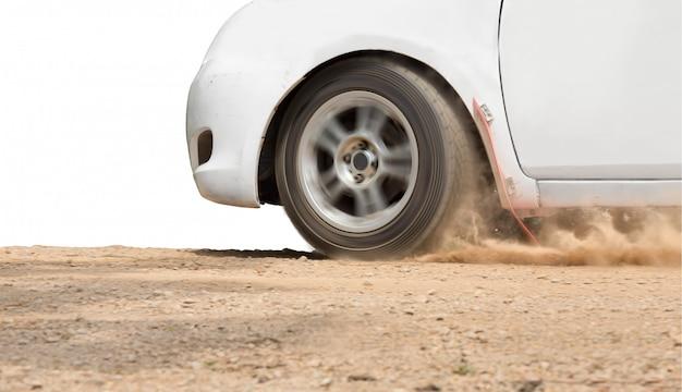 未舗装の道路でのラリーカーの速度