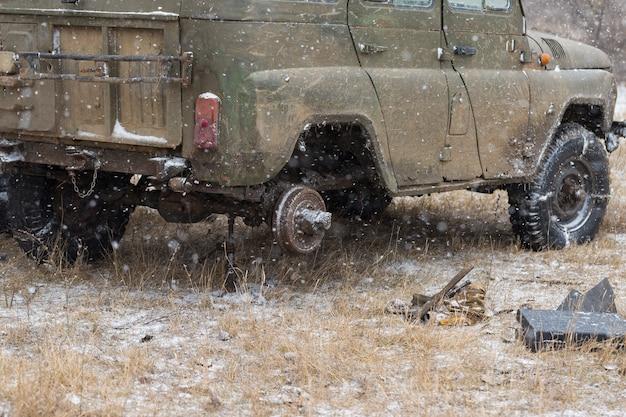 겨울철 진흙탕에 빠진 러시아 suv에 집결