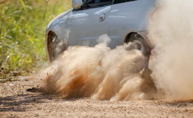 ダートトラックを漂うラリーレースカー。