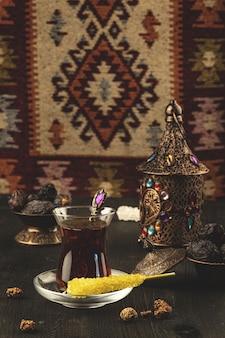 Рамадан композиция с чашкой чая и сушеными финиками