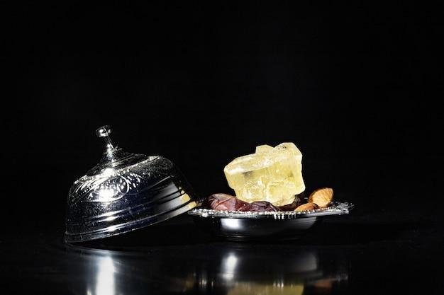 銀のボウルに乾燥したナツメヤシのラマダン組成物