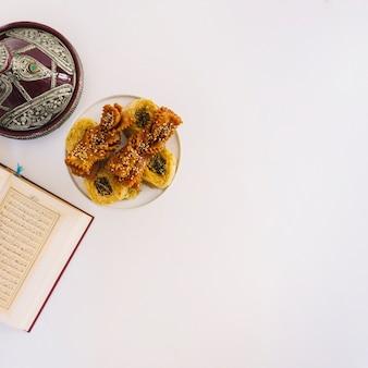 Composizione del ramadan con corano e cibo arabo