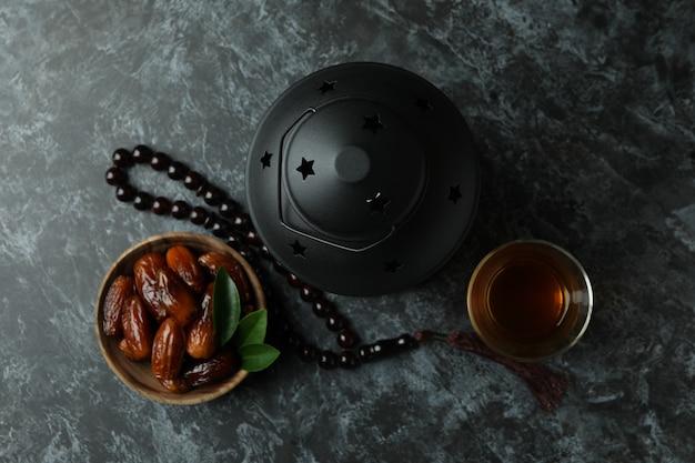 Концепция рамадана на черной дымчатой поверхности, вид сверху