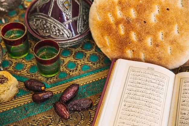 Concetto di ramadan con set da tè e corano