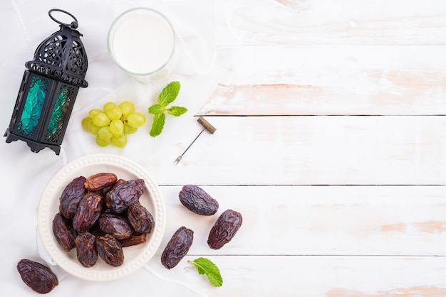 ラマダンの食べ物や飲み物のコンセプトです。ミルク入りラマダンランタン、デートフルーツ