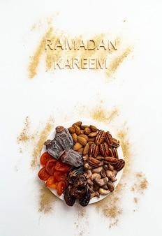 Рамадан карим и концепция еды ифтар в золотых и белых тонах