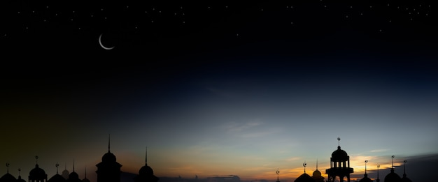 라마단 카림 종교 기호입니다. 초승달과 하늘이 어두운 검정색 배경이 있는 황혼의 밤에 모스크 돔. eid al-fitr, 아랍어, eid al-adha, 새해 무하람 개념. 파노라마 여유 공간.