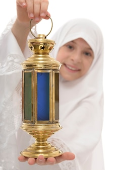 Рамадан фонарь в руках счастливой мусульманской девушки