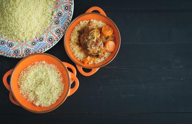 Рамадан трапеза. баранина с кус-кусом. арабская кухня. скопируйте пространство. вид сверху.