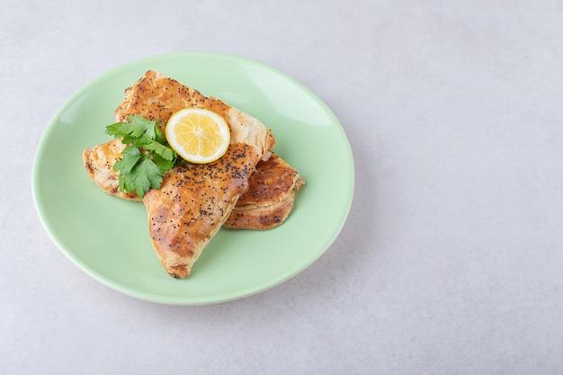 Pita ramadan con fetta di limone sul piatto, sul marmo.