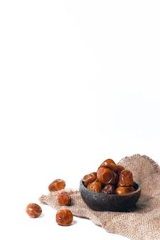 白い背景の上のラマダンの特別な赤いナツメの果実