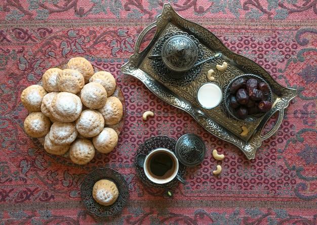 ラマダンのお菓子の背景。 el fitr islamic feastのクッキー。エジプトのクッキー「カークエルイード」