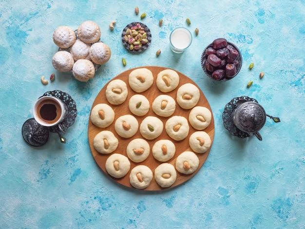 Рамадан сладости с чаем и финиками