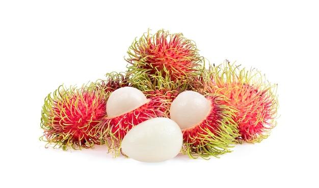 白い表面に分離されたランブータンの果実