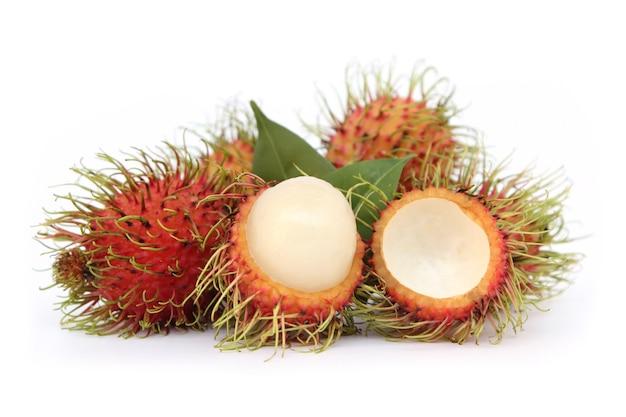 白い背景に分離されたランブータンの甘いおいしい果物。