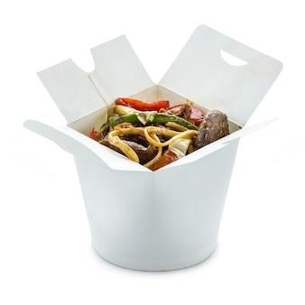 白い背景の上のテイクアウトボックスにアヒルと野菜のラーメン。クリッピングパス付き。