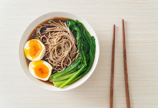 卵と野菜のラーメン-ビーガンまたはベジタリアンフードスタイル Premium写真
