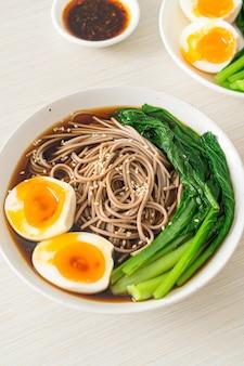 卵と野菜のラーメン-ビーガンまたはベジタリアンフードスタイル