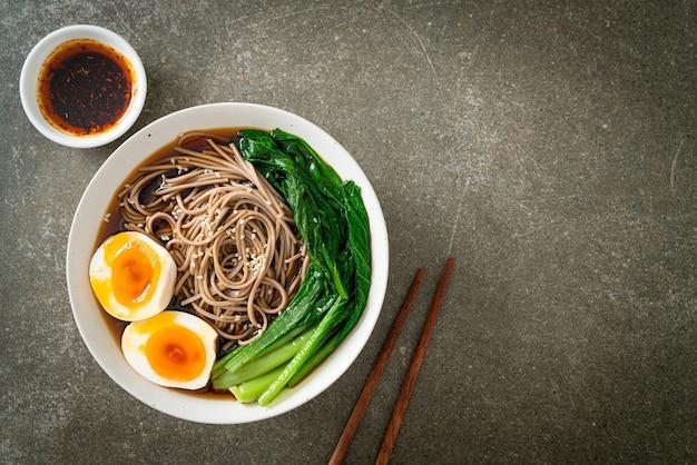 Лапша рамен с яйцом и овощами - веганский или вегетарианский стиль питания