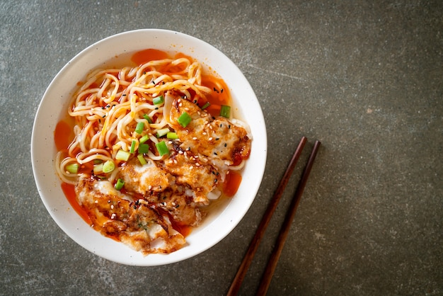 Лапша рамэн с гёдза или пельменями из свинины - азиатский стиль еды