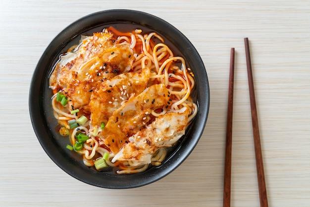 교자 또는 돼지 고기 만두를 곁들인라면-아시아 음식 스타일