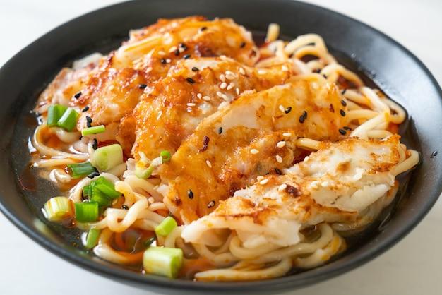 餃子や餃子の入ったラーメン。アジア料理のスタイル