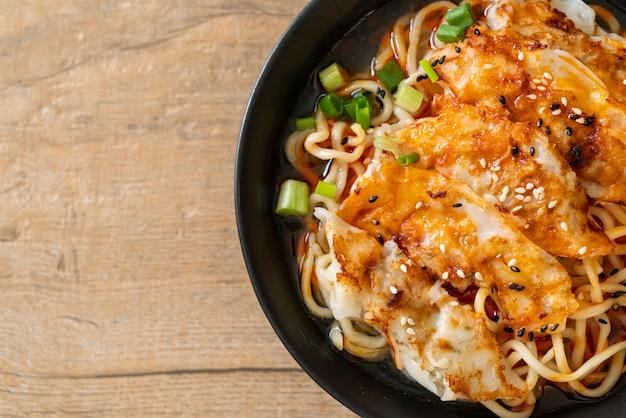 만두 또는 돼지 만두를 곁들인라면. 아시아 음식 스타일