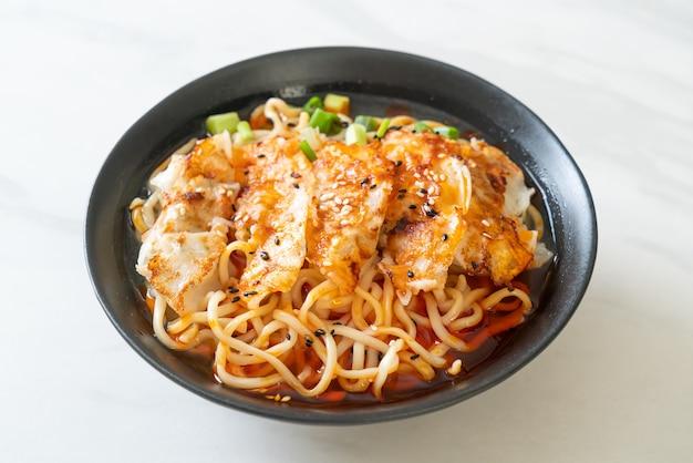 餃子や豚団子のラーメン-アジア料理スタイル