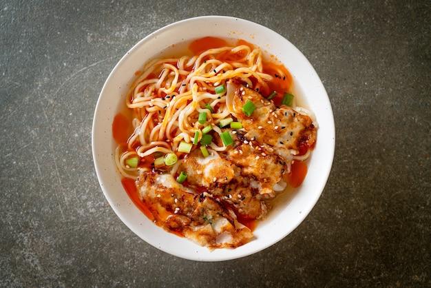 만두 또는 돼지고기 만두를 곁들인 라면 - 아시아 음식 스타일
