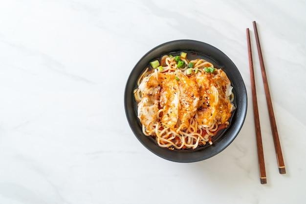 ぎょうざや豚団子のラーメン-アジア料理スタイル