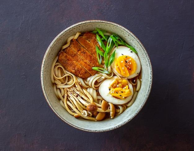 국수, 돼지 고기, 버섯, 계란이 들어간라면 스프. 일본 요리. 레시피.