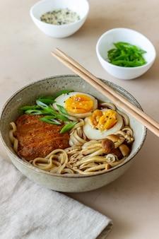 Суп рамэн с лапшой, свининой, грибами и яйцом. японская кухня. рецепт блюда.