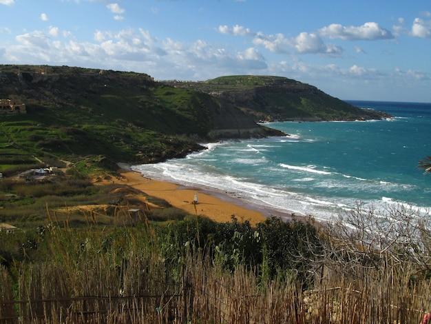 Залив рамла-л-хамра в дневное время на гозо, мальтийские острова, мальта