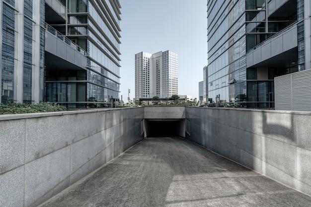 地下の公共駐車場へのスロープアクセス