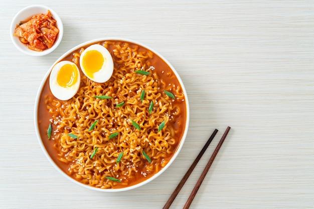 ラーメンまたは卵入り韓国インスタントラーメン-韓国料理スタイル