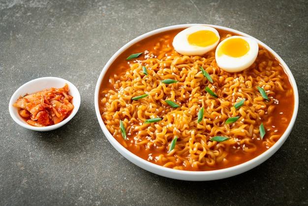 라면 또는 계란을 넣은 한국 라면 - 한국 음식 스타일
