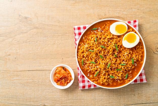 계란을 곁들인 라면 또는 한국 인스턴트 국수 - 한국 음식 스타일
