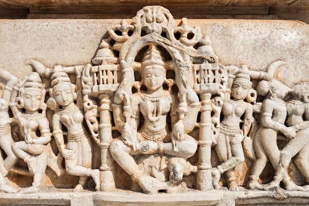 インドのラナクプル寺院のインテリア
