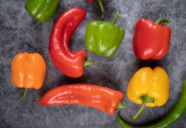 Mix casuale di peperoni colorati con peperoncini piccanti. vista dall'alto.