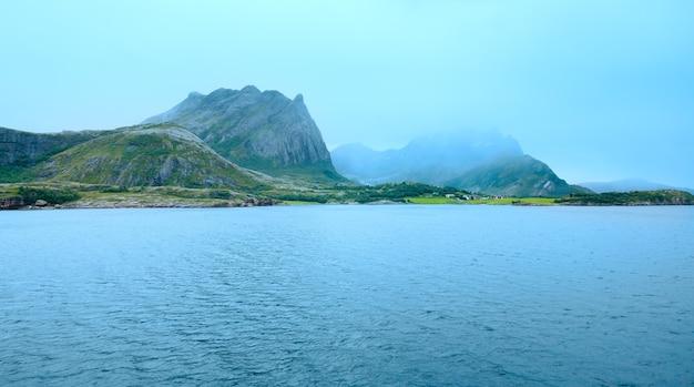 페리 (노르웨이)에서 ranfjorden fjord 여름 흐린보기